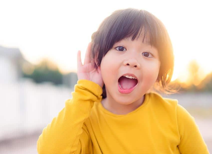 Abbildung Kind mit Hand am Ohr