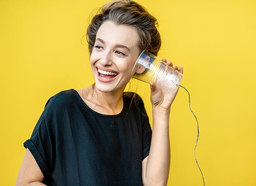 Abbildung Frau mit Becher am Ohr