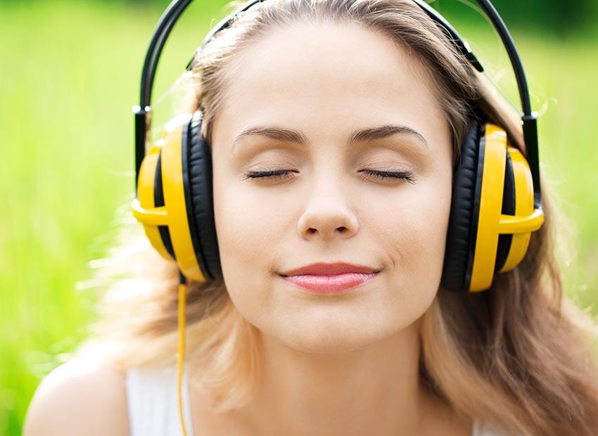 Abbildung Frau Gehörschutz