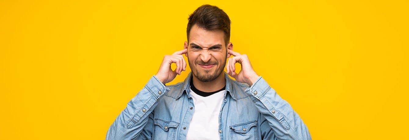 Abbildung Mann mit Finger in den Ohren